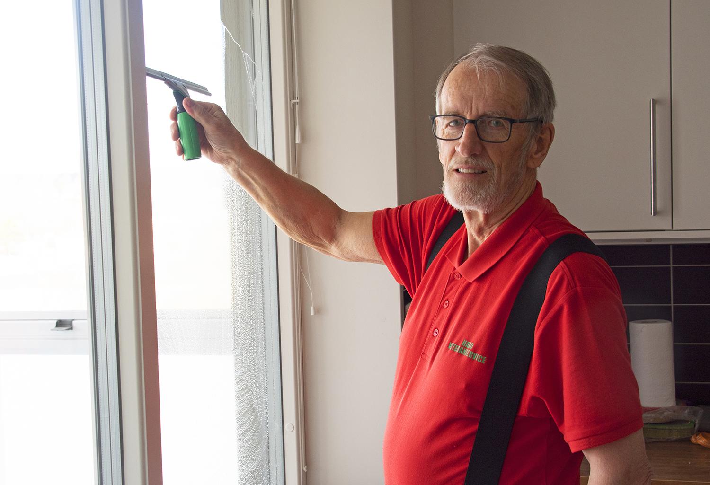 Man som putsar fönster