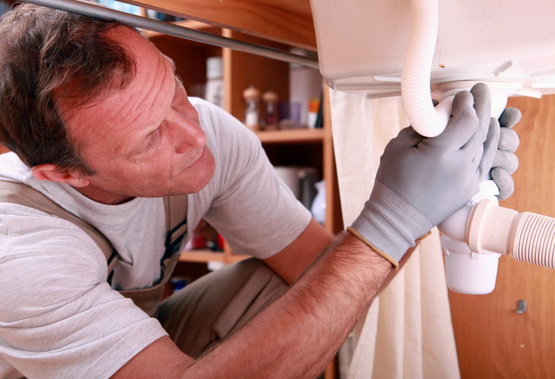 Man som monterar ett tvättställ