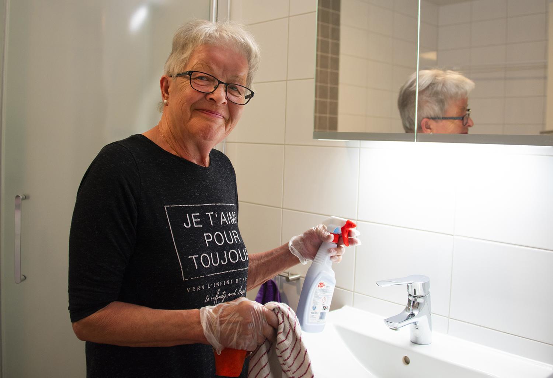 Dam som städar badrum